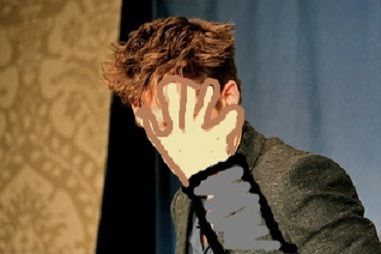 robert pattinson hides his face