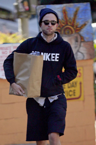 robert pattinson carrying groceries