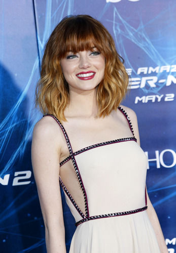 emma stone flashes side boob amp sexy bangs at spider man 2
