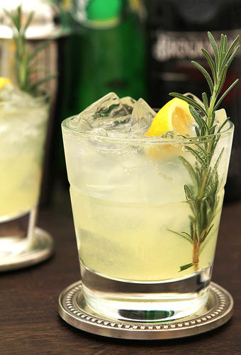 Rosemary & Gin Sparkling Lemonade Is an Herb-Infused Delight | The ...