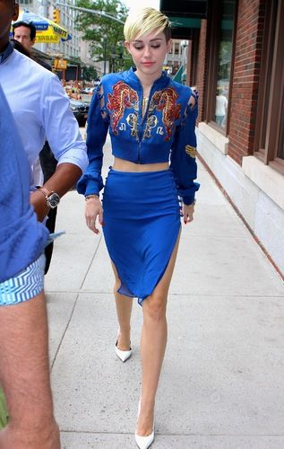 Miley Cyrusu0026#39; Electric Blue Skirt Suit Will Make You Dizzy (PHOTO) | The Stir
