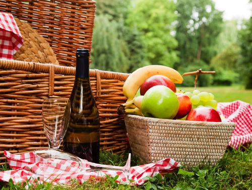 10 picnic hacks that make eating outside super easy the stir for Picnic food ideas for large groups