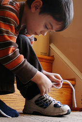 kid tying shoe