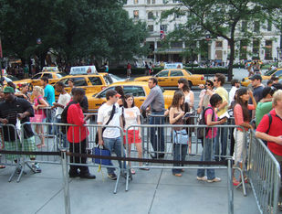 people lined up in NYC at 5th ave apple store